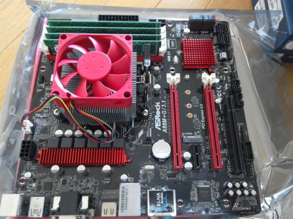 マザーボードにメモリとCPUとCPUクーラーを装備